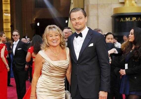 李奧納多和媽媽一起走奧斯卡頒獎典禮紅毯