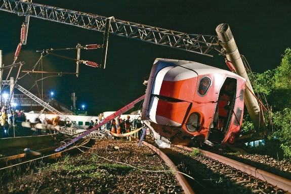 第1名 台鐵普悠瑪出軌翻車