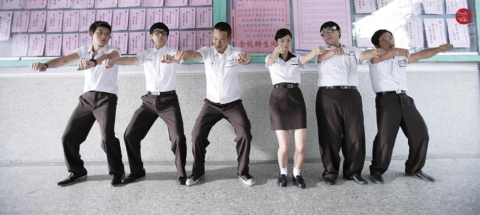 教室外趴成一排「搭拱橋」!那些年被教官老師處罰的國高中回憶殺