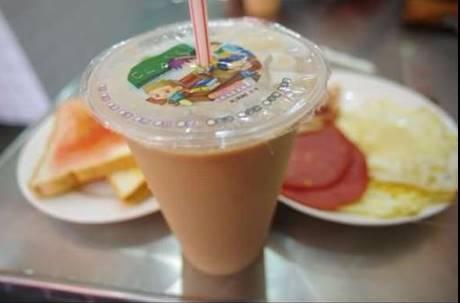 老闆手中瓶裝「白色液體」不只是奶精!早餐店奶茶讓你一喝就拉的5種原因大公開