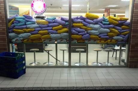 超商店員真的在做「功德」!大夜班的恐怖「包裹山」 擠爆落地窗畫面令人驚呆