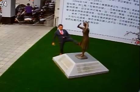 腳踢慰安婦銅像還辯是腿麻被誣陷 藤井實彥已離台 網友灌爆安倍晉三臉書