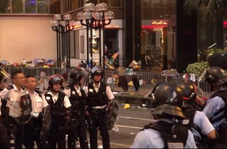 反送中衝突升溫!煙霧彈、警棍到處飛 港警暴力鎮壓還笑著合影