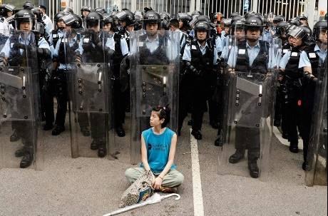 鎮暴警察前靜坐 香港「盾牌女孩」成反送中無畏與堅韌的代表