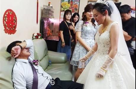 一張照感動3萬人!女兒出嫁拜別 鋼鐵父沉默掩面…下秒淚崩