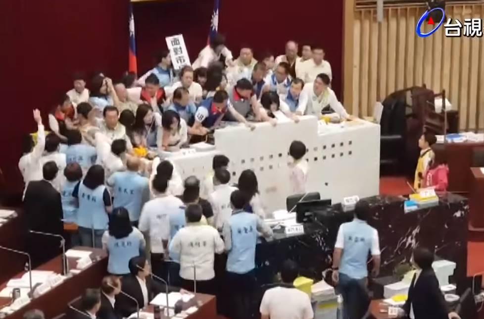 不爽韓國瑜「放韓假」 高雄市議會打群架爆頭濺血