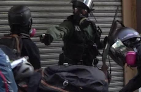 駭影/子彈爆擊離心臟3cm!港警「實彈」射擊示威者 網友怒轟:這是謀殺