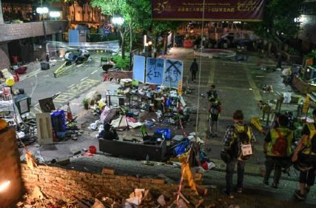 30位校長衝香港理大勸降 與港警達成協議18歲以下不拘捕
