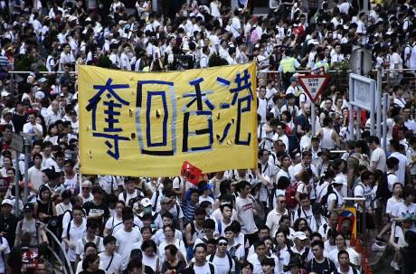 民主派大勝!香港區議會選舉投票率創新高 親中派慘輸300多席