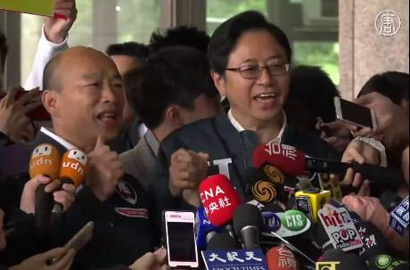 尷尬~韓國瑜、張善政抽2號團隊喊「兩支穿雲箭」秒被阻斷!「國政」親密牽手唱《採紅菱》