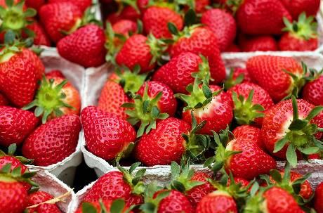 洗草莓加麵粉、不能拔蒂頭?不想吃到農藥 專家曝「洗果」Tips