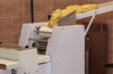 都是長髮惹的禍!女服務生被捲進製麵機慘死 掙扎三分鐘沒人救