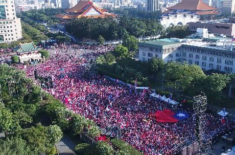 「韓國瑜勝利晚會」時間還沒到凱道就擠滿滿韓粉 周邊攤販遭驅趕