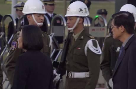 憲兵當蔡英文的面「魔力轉圈圈」 國防部長也看傻眼