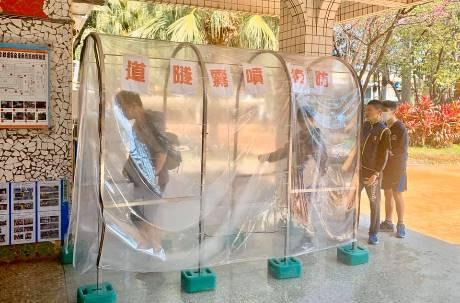 國小設「防疫通道」噴次氯酸水消毒全身 醫師警告萬萬不可!