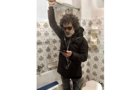 在家辦公也要保持儀式感! 他在浴室「通勤」惹網友笑翻:馬桶不坐嗎?