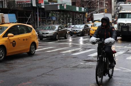 騎完車肚子超濕!網抱怨「兩件式雨衣」根本沒用 內行人一招解決