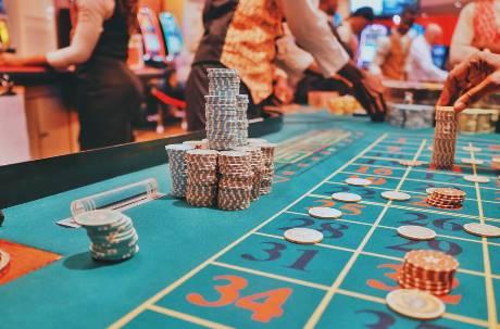 澳門賭場賭收翻倍漲至66億!一個台灣富豪就狂輸19億成「關鍵收入」