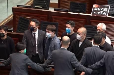 六四當天香港議會強行通過「國歌法」 侮辱中國國歌可判3年刑期