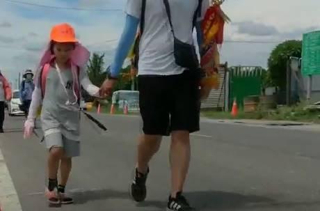 再辛苦都會撐下去! 6歲女童動刀數次 伴白沙屯媽祖走60公里