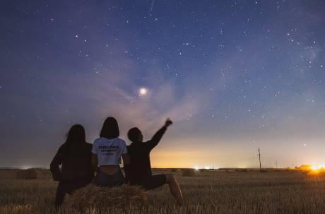 未來星空都是人造的? 臉書、亞馬遜的網路發展引天文界抗議:造成太空負擔