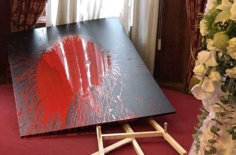 曾掌摑前文化部長!資深藝人鄭惠中再潑李登輝遺像紅漆
