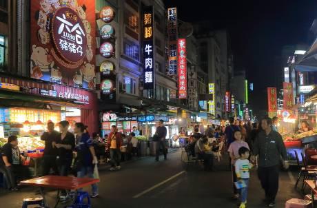 等不到觀光客!六合夜市近50攤商歇業 業者痛喊「生意剩1成」歷史最慘