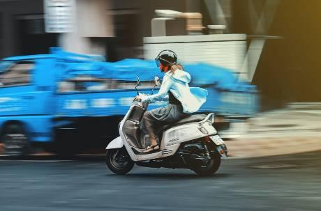 機車族小心!「右側超車」收到罰單 網友怒:不知道怎麼騎車
