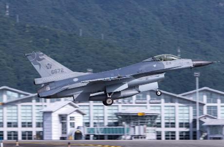 F-16駕駛遭傳「安全降落廈門」 太太怒駁中國網軍:我先生是英雄