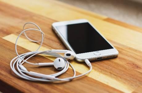都什麼世代了還在用有線耳機?網友推爆三大好處:用無線才「木耳」