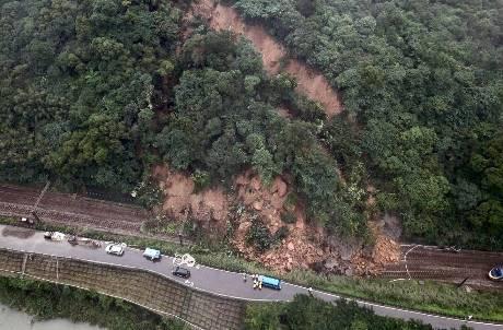 連日大雨導致土石坍方!台鐵瑞芳猴硐路線中斷 林佳龍:要花4天恢復