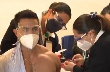 墨國眼科醫師示範接種疫苗 脱襯衫打針壯猛肌全看光!網:意圖使人打疫苗