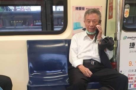 楊志良搭捷運脫口罩講電話?網友狂喊「開除他」 留言區鍵盤柯南分析亮點