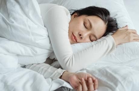 睡前必做儀式?網友大推「聽佛經」超前部署:防止猝死沒人超渡