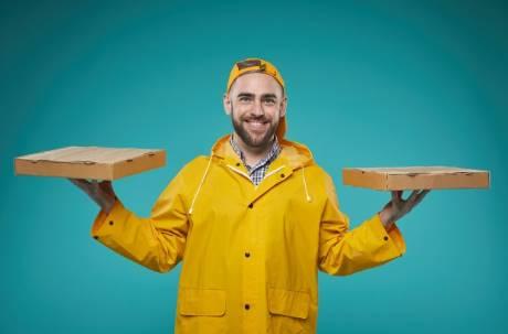 要求外送員拿餐要脫雨衣合理嗎?鄉民熱議意見兩極