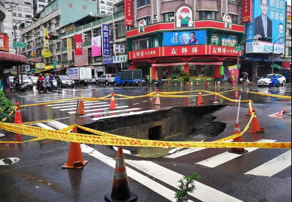 淹大水還沒解決… 高雄馬路出現「超大天坑」吃掉車子!