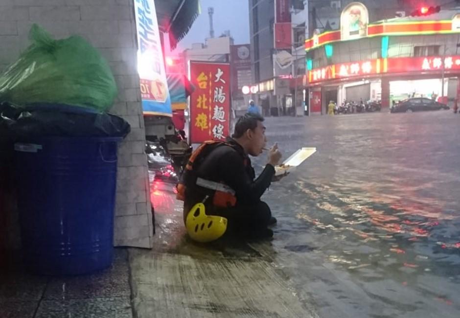 下半身泡水裡「嗑便當配雨水」!熱血警消背影惹哭網友