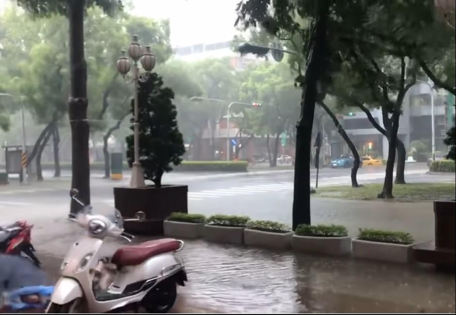 更新/中南部「砲彈雨」轟炸大淹水 8縣市緊急宣布晚上停班課