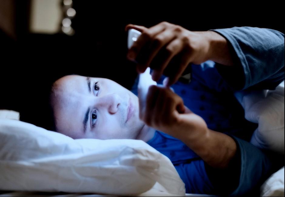 貼膜護眼也沒用!睡前滑手機藍光超傷眼 挑對時間還能提神