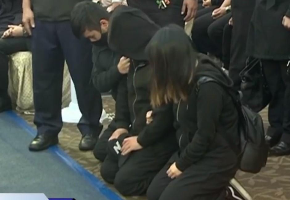 尤振仲哭紅眼參加罹難者公祭 崩潰下跪「我沒辦法救大家...」