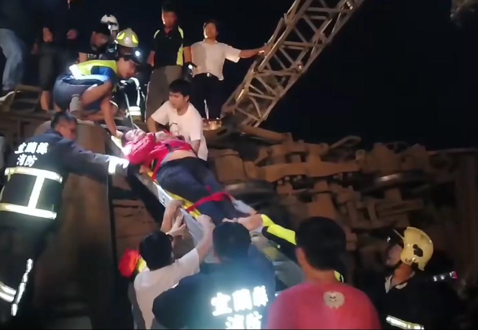 「小弟弟不痛了」救難人員含淚救援 鼻酸訴:越前面車廂越安靜…