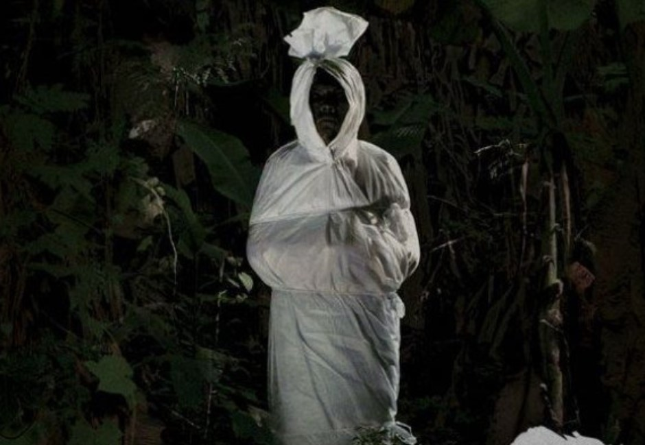 Pocong是誰?印尼兄弟萬聖節鑽屍袋撞鄰居門 最後慘睡公墓