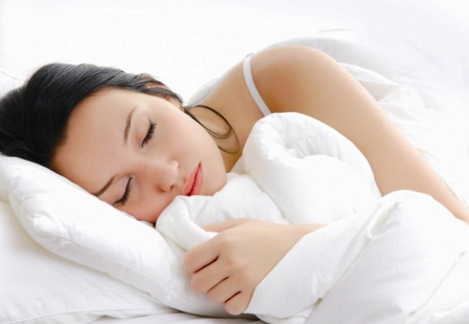 平躺、趴睡或側睡差很大!專家警告:「這睡姿」讓你越睡越老