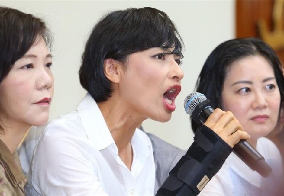 邱議瑩求選民別走?陳其邁「同時同地」造勢晚會影片爆藍綠打臉戰