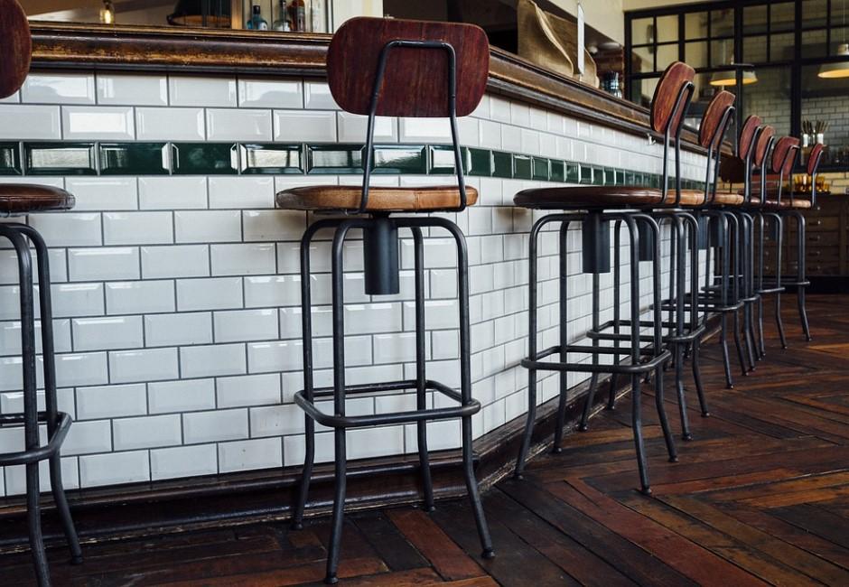 為什麼許多餐廳都愛用高腳椅?原來背後有提高「翻桌率」效果