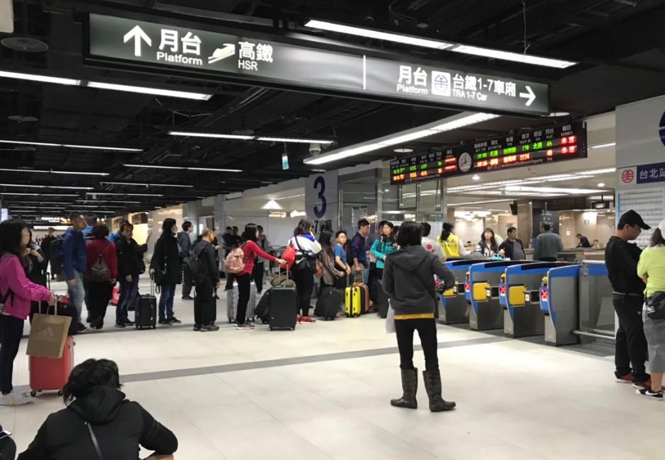 你今天也被困在台鐵嗎?因這原因上萬人遭延誤 旅客氣:連持票付費區也不給進