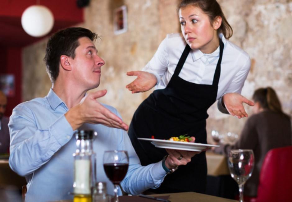 客人就是神?無理奧客丟東西砸臉 還恐嚇:沒拿刀劃妳就不錯了!