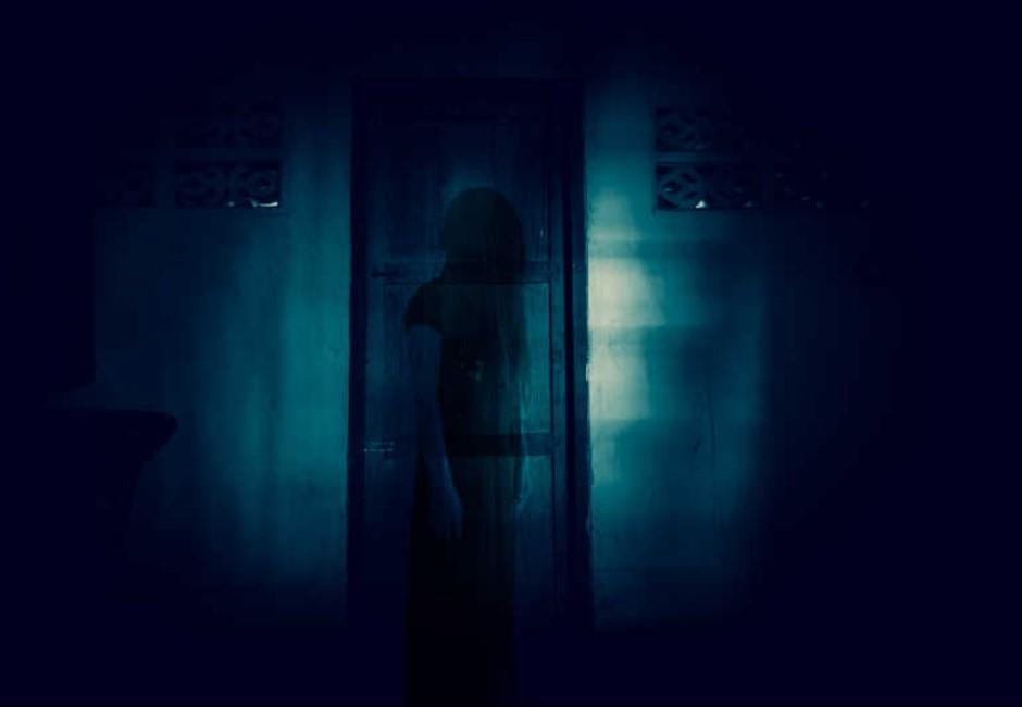 她拆鏡子見黑洞!恐怖寄生客住裡頭...原來房裡一直有別人