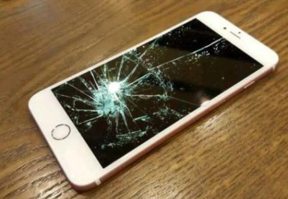 告白學妹瞬間手機壞!維修店員一句話神助攻 網看了摔手機求脫魯