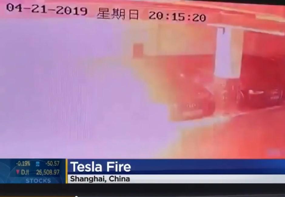 影/碰!特斯拉突然爆炸 兩百萬車款「化作一團火球」影片曝光